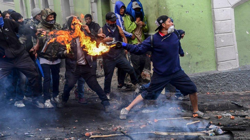 Еквадор охопило повстання проти президента, який був коміком. Ллється кров