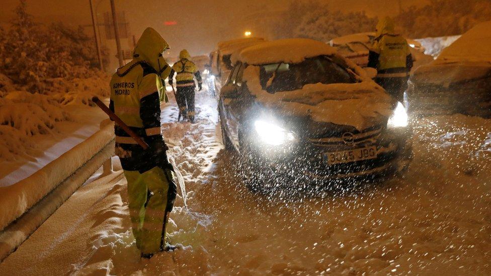 Bomberos asisitiendo a los conductores varados en Madrid