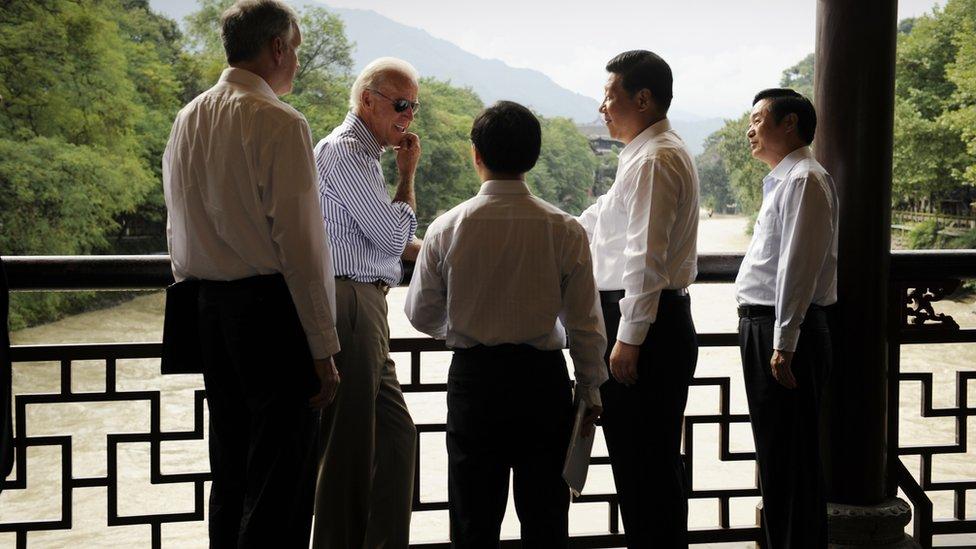 拜登2011年8月訪華時,在時任中國副主席習近平陪同下參觀成都都江堰。
