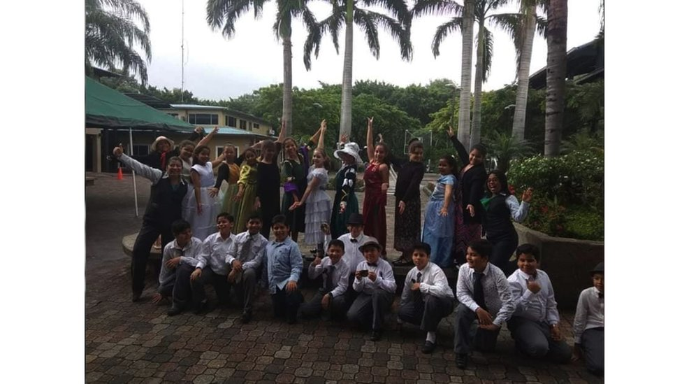The children from Colegio Ecomundo in Guayaquil pose for photos dressed as Mary Anning and people from her time.