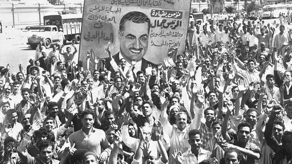 Manifestantes en Egipto sostienen una imagen de Nasser tras la revuelta en Siria que llevó a la disolución de la República Árabe Unida.