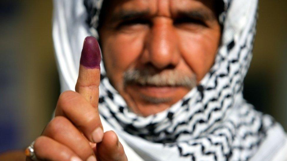 伊拉克男子投票後