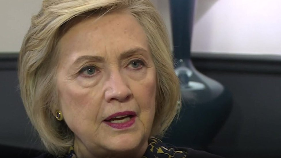 هيلاري كلينتون تقول إنه من حق الناس أن يعرفوا قبل الإدلاء بأصواتهم