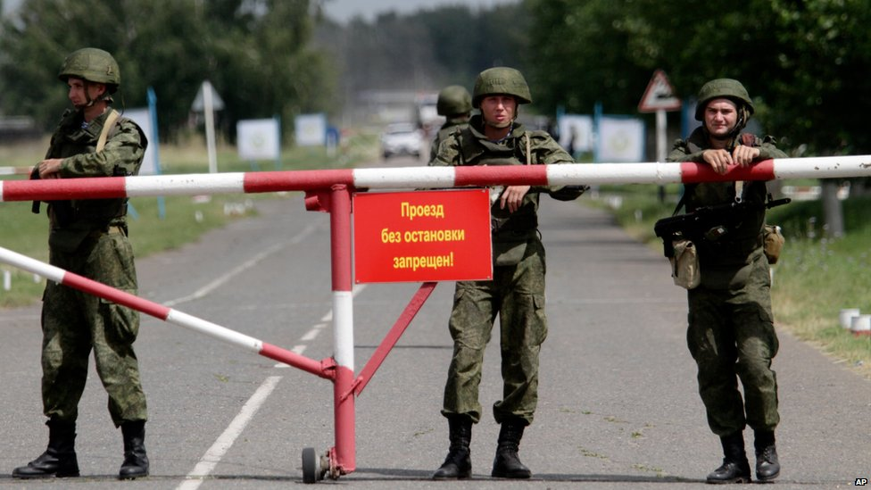 Soldiers stand guard at an entrance to a military base in Omsk, Russia (13 July 2015)