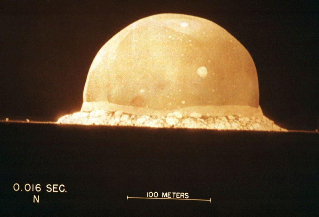 Foto en exhibición en el Museo de Ciencias de Bradbury muestra la primera prueba de bomba atómica el 16 de julio de 1945, a las 5:29:45, en Trinity en Nuevo México, EE.UU.