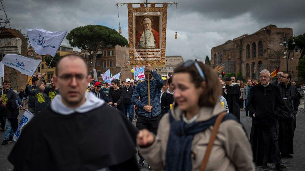 Asosiasi Katolik terlibat dalam pemakaman janin.