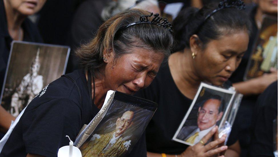 Thai mourners holding a portrait of late Thai King Bhumibol Adulyadej crying outside Siriraj Hospital in Bangkok, Thailand, 13 November 2016.