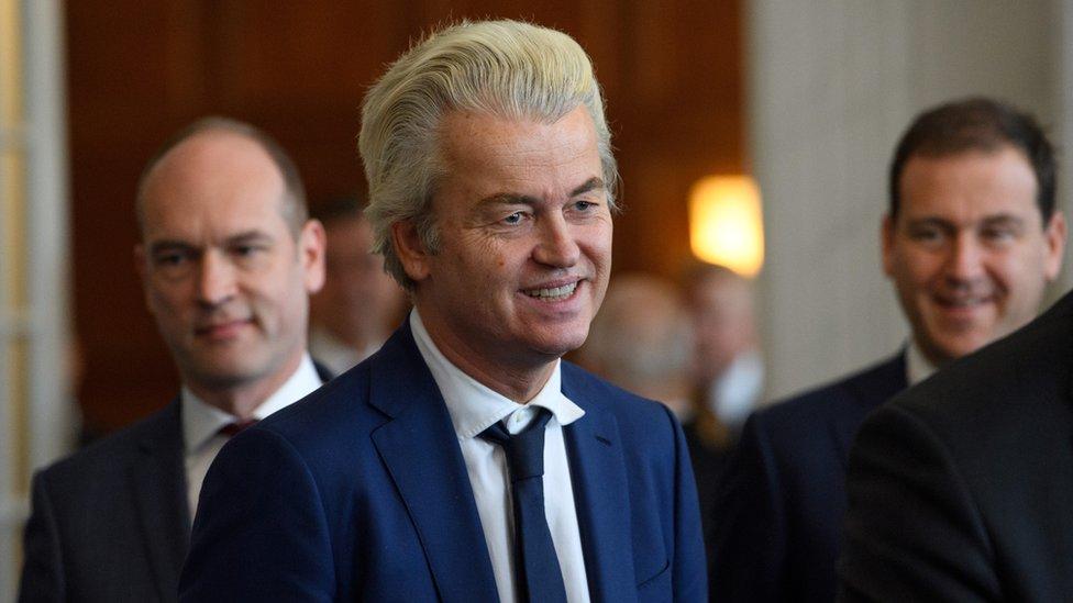 """زعيم الحزب الهولندي اليميني """"من أجل الحرية """" خيرت فيلدرز يعلن تنظيم مسابقة لرسم النبي محمد داخل مقر مجلس النواب الهولندي."""
