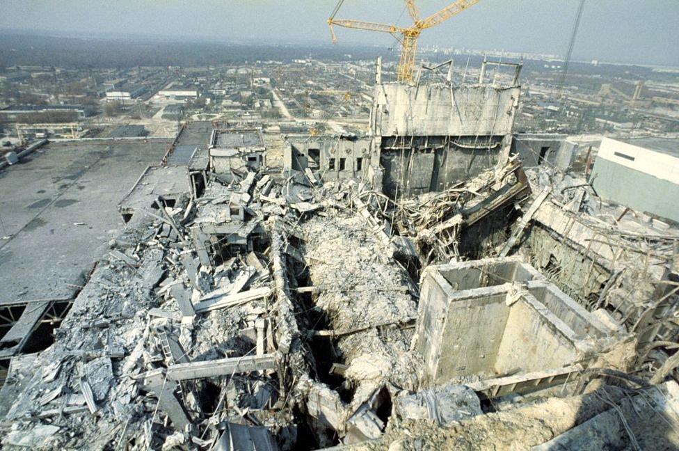 Pemandangan kehancuran gedung dari atap reaktor No. 3