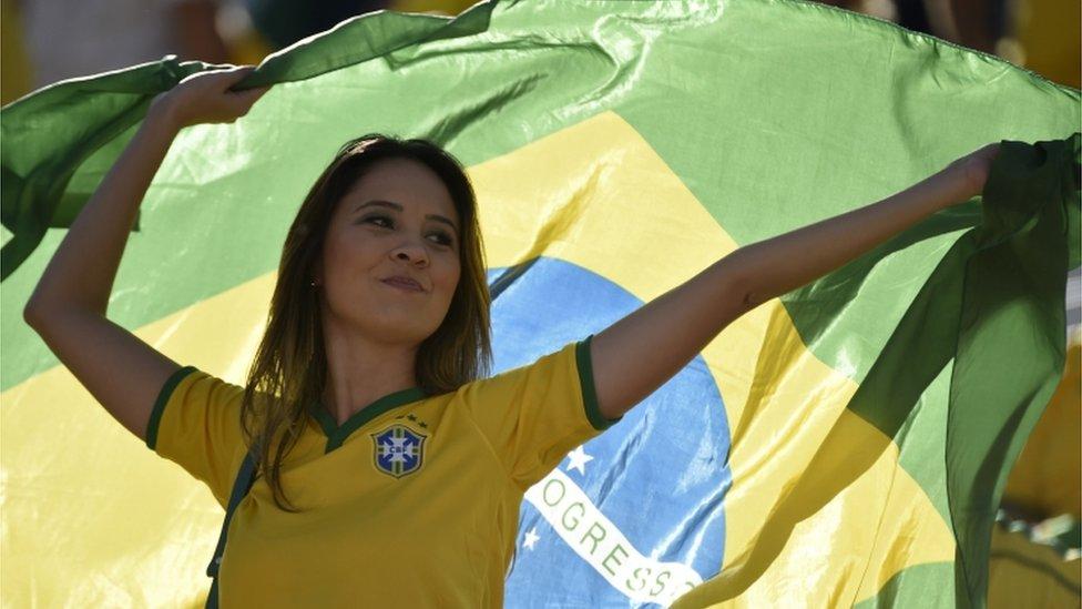 مشجعة كرة قدم برازيلية