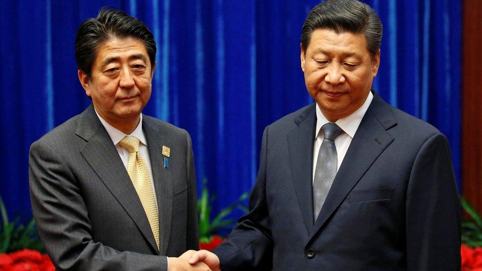 北京人民大會堂內習近平與來訪的安倍晉三握手(10/11/2014)
