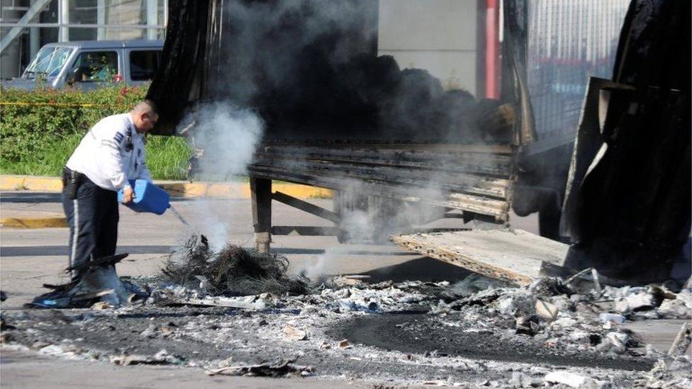 Secuelas de la jornada de violencia vivida ayer en Culiacán.