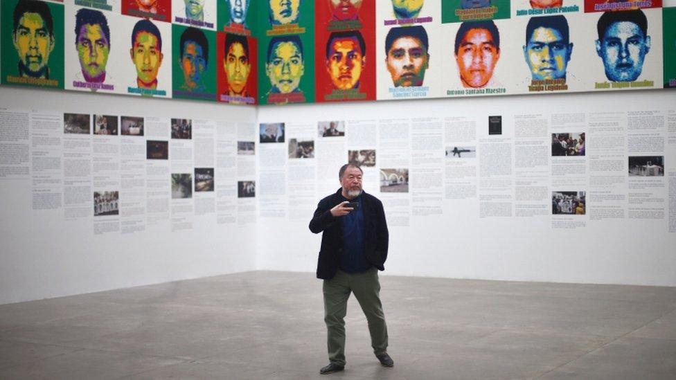 Ai Weiwei posa para las fotografías en CDMX.