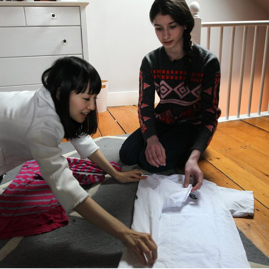 Marie Kondo aconsejando a una mujer sobre cómo doblar la ropa