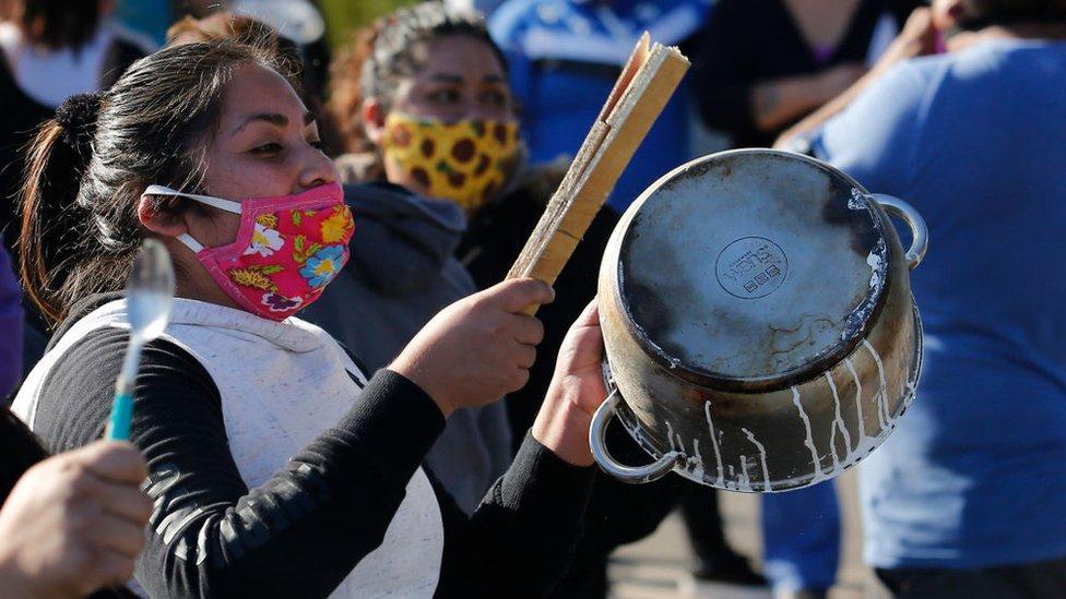 Una mujer golpea una cacerola durante una protesta en Chile, mayo 2020
