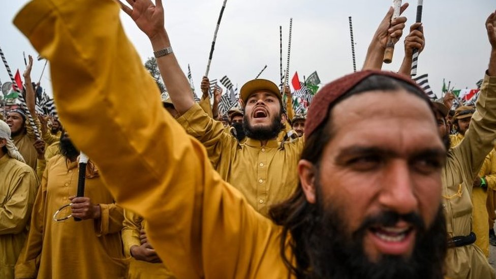 """Activists and supporters of Islamic political party Jamiat Ulema-e-Islam (JUI-F) shout slogans during an anti-government """"Azadi (Freedom) March"""" in Islamabad on November 1, 2019"""