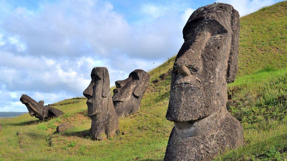 La Isla de Pascua debe su fama a los moáis, esculturas de piedra que se reparten por todo su territorio.