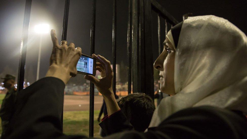 دمشق - أكتوبر/تشرين الأول 2017 امرأة تصور مباراة في ملعب تشرين الرياضي