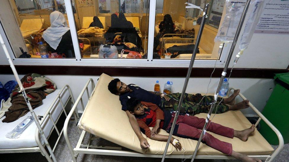 Iemenitas recebem tratamento médico em um hospital de Sanaa