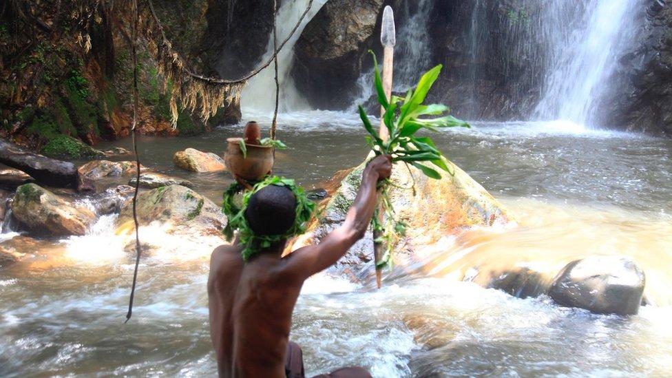 Duhovni vođa izvodi ritual na vodopadu Kororo