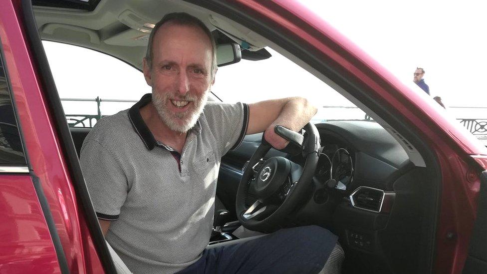Mike Davies en su auto