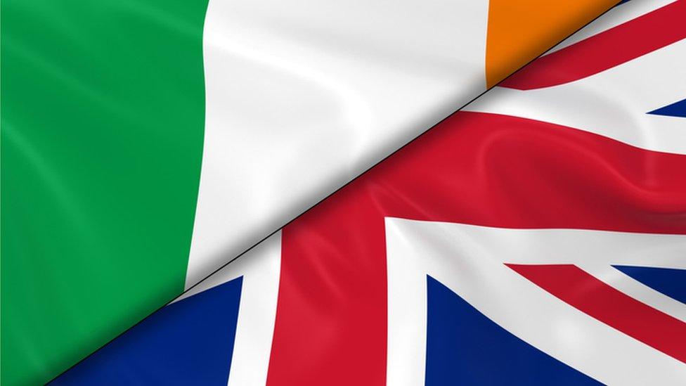 Banderas de Irlanda y Reino Unido.
