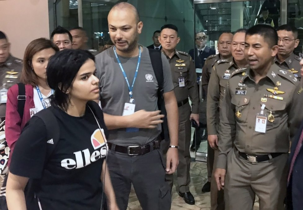 Rahaf Mohammed al-Qunun talks to Thai Immigration Police Chief Surachet Hakparn at the Suvarnabhumi international airport near Bangkok