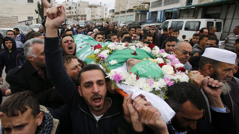 Friends and relatives of Abdul Fattah al-Sharif carry his body during his funeral in the West Bank city of Hebron (28 May 2016)