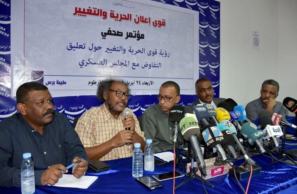أعضاء في تحالف إعلان الحرية والتغيير في مؤتمر صحفي في الخرطوم