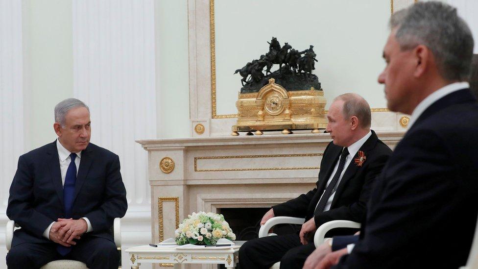 بوتين ونتنياهو ووزير الدفاع الروسي