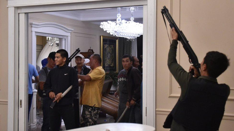 Atambayev'in destekçileri, özel kuvvetleri püskürttükten sonra kutlama yapmıştı.