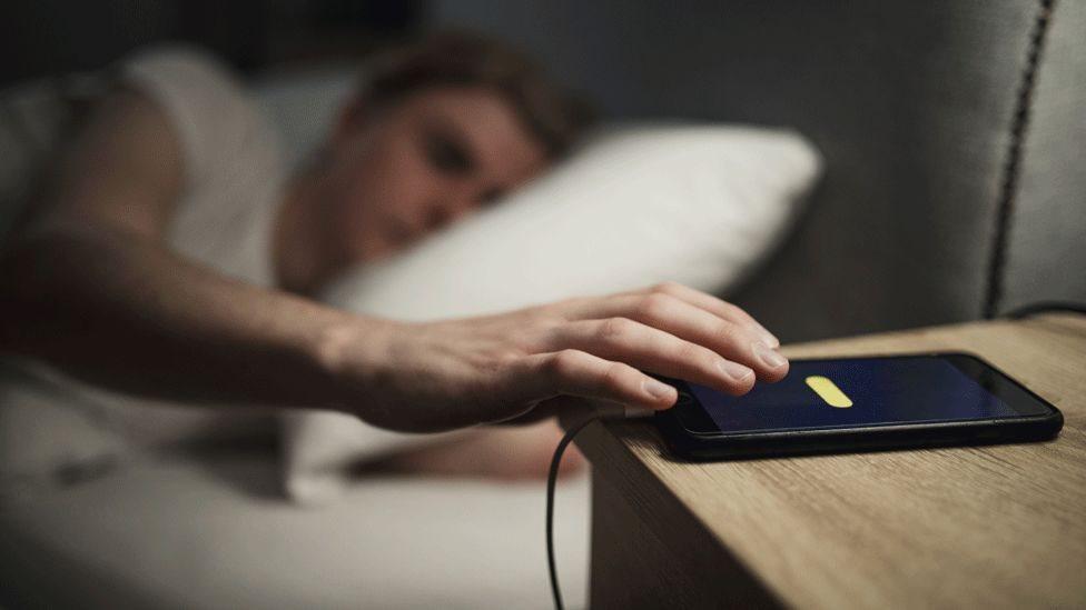 يعمل التطبيق بينما الناس نائمون