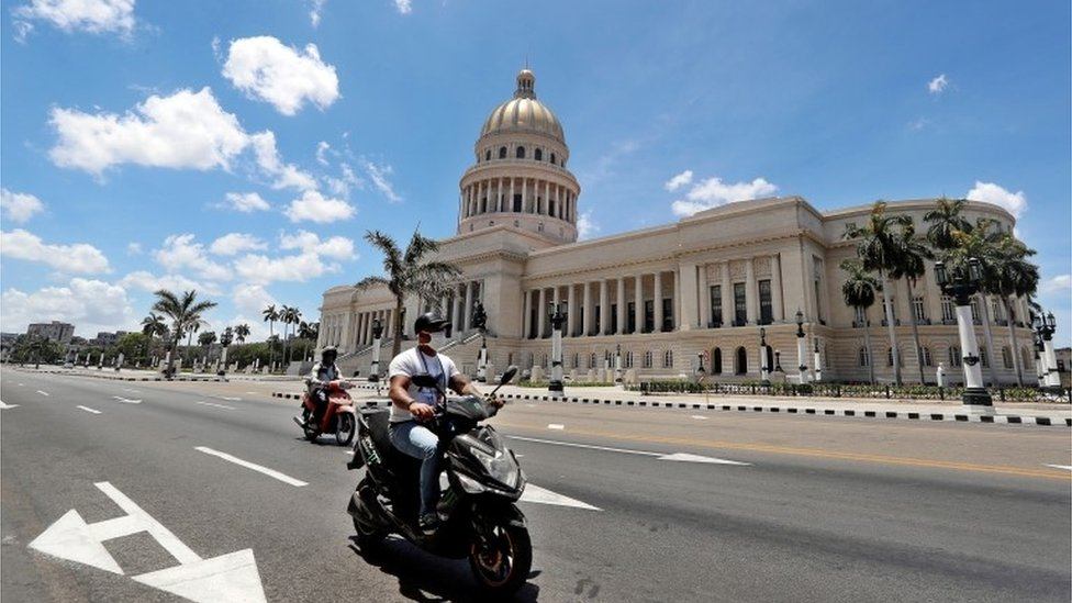 La calle frente al Capitolio en La Habana