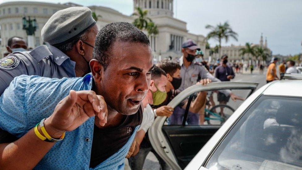 Policía arrestando a un manifestante que protestaba contra el gobierno en Cuba