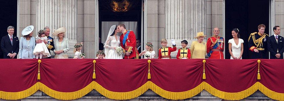 تجمع الآلاف من المهنئين ومحبي العائلة المالكة أمام قصر باكينغهام لمشاهدة العروسين الأمير وليام وكيت ميدلتون عام 2011