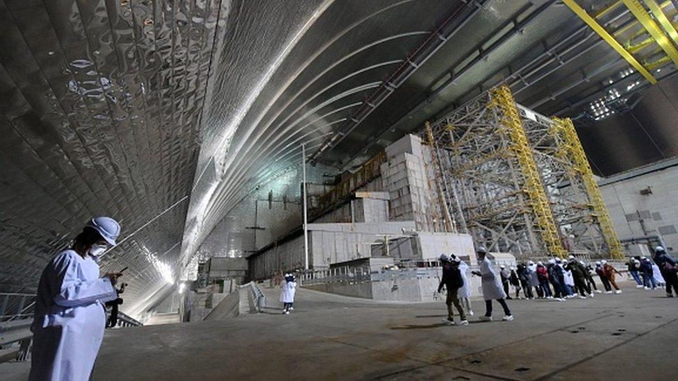 Reaktörün enkazı, çelik kalkanla kapatıldı