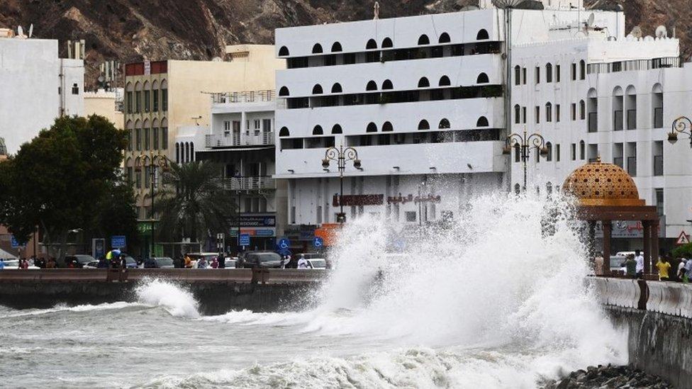 أمواج البحر تضرب الشواطئ.