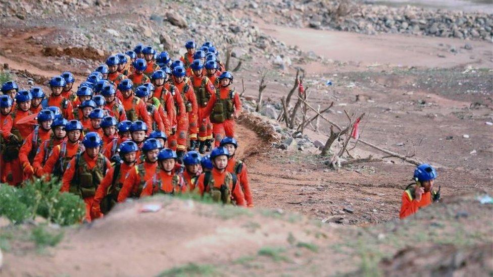 Rescatistas en la ultramartón de Gansu, China