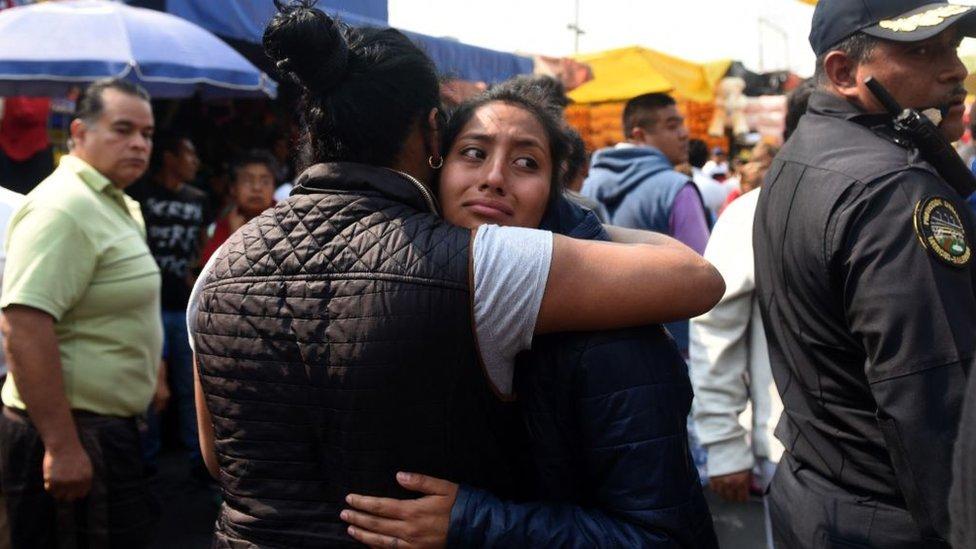 Familiares de afectados por una balacera en un mercado de Ciudad de México.