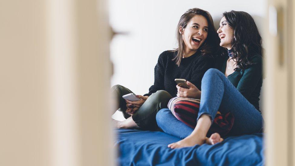 Devojke se smeju na krevetu