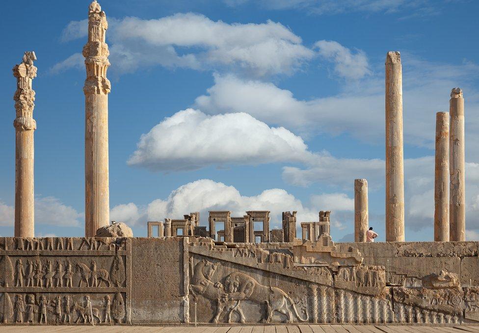 伊朗西南部設拉子(Shiraz)的波斯波利斯皇宮有2500多年歷史,圖為中央大殿(Apadana 宮)遺址的巨柱和浮雕