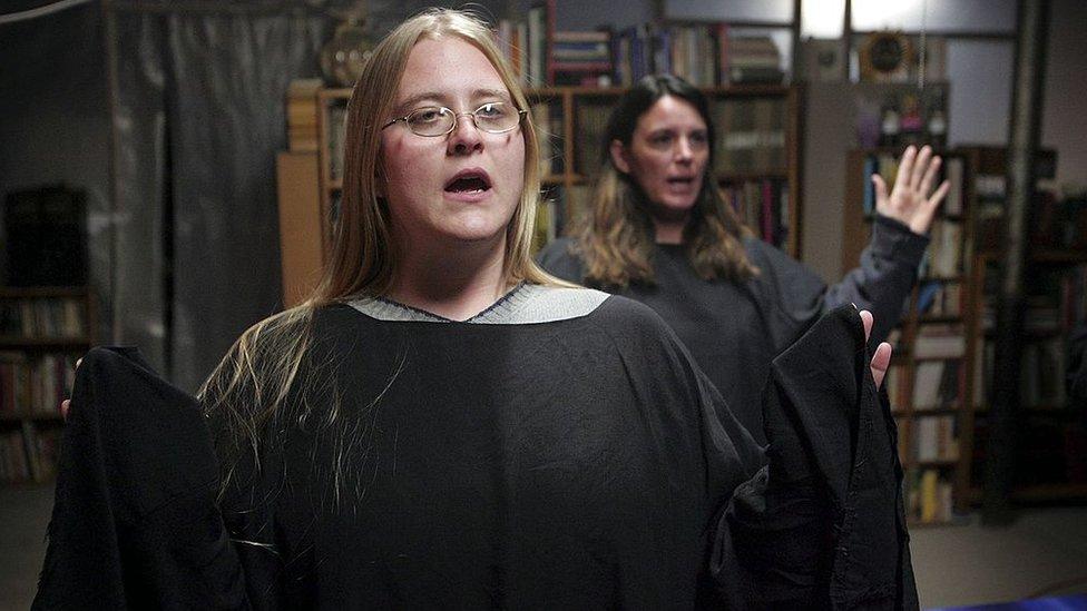 dos mujeres que practican brujería