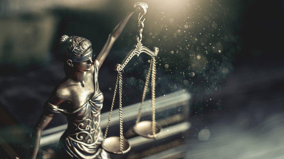 Una estatuta de la justicia.