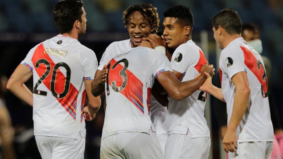 Jugadores de Perú celebran la victoria