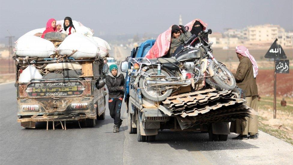 قرويون ينزحون باتجاه شمال إدلب