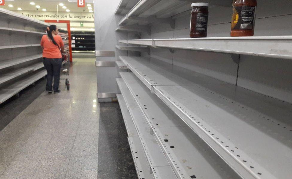 Mujer en supermercado vacío.