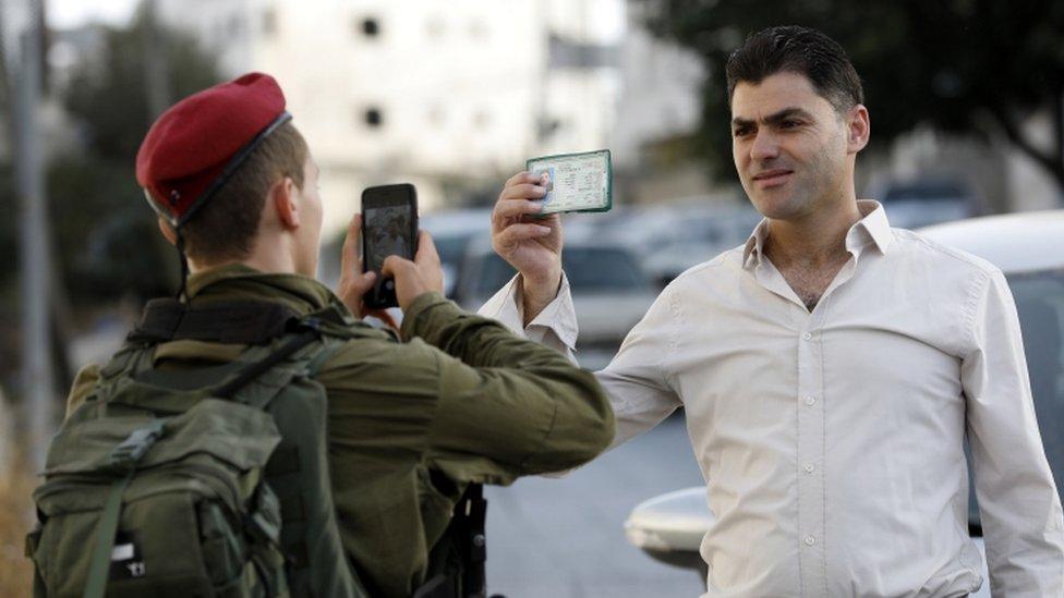 Serdadu Israel melakukan pemeriksaan identitas terhadap masyarakat Palestina di Tepi Barat.
