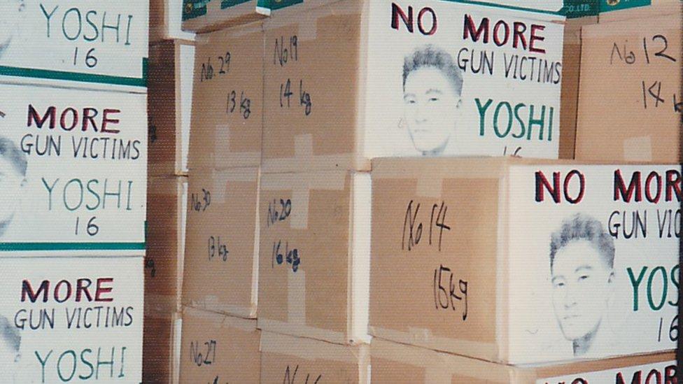 Kutije pune potpisanih petiicija poslate u SAD za ukidanje lakog pristup oružju koju je pokrenula poroodica Hatori