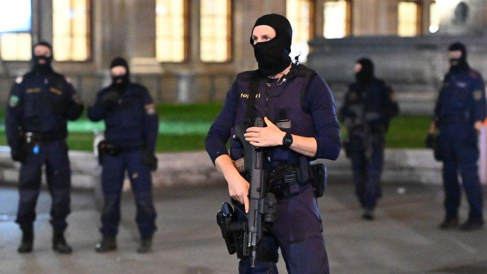 أفراد بالشرطة يحرسون دار أوبرا فيينا