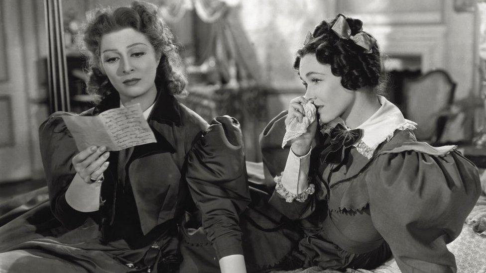 La actriz británica Greer Garson (izquierda) leyendo una carta a Maureen O'Sullivan como su hermana Jane Bennet, que se conmueve, en 'Orgullo y prejuicio', basada en la novela de Jane Austen. 1940